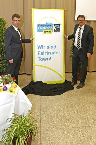 Zweiter Bürgermeister Manfred Niederauer und Erster Bürgermeister Alfons Brandl präsentieren das neue Fairtrade-Werbebanner