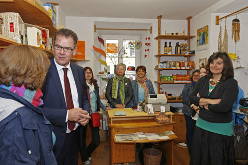 Bundesminister für wirtschaftliche Zusammenarbeit und Entwicklung Dr. Gerd Müller besucht den EineWeltLaden