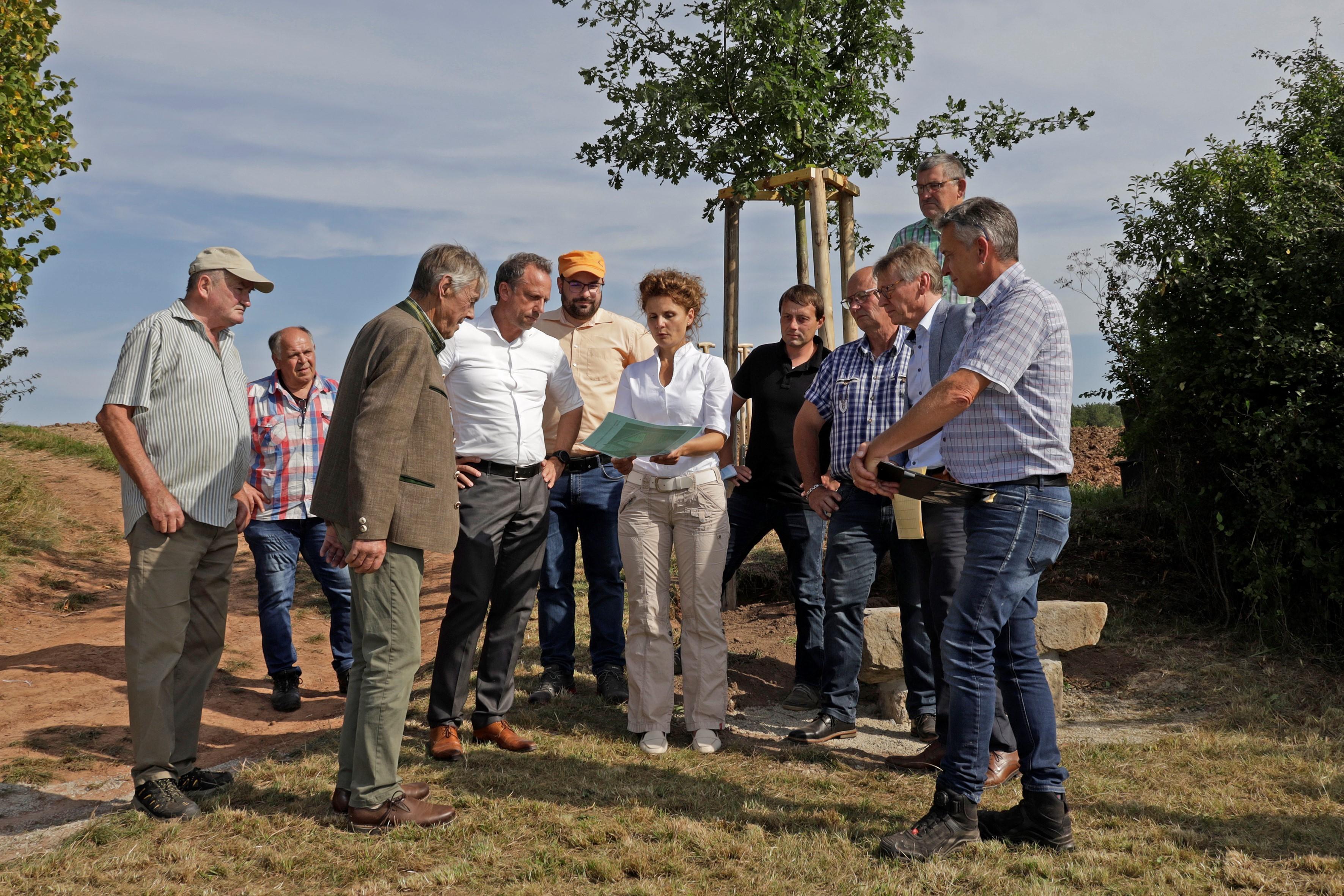 Erste Bürgermeisterin Dorina Jechnerer erklärt die Planungen (Fotos: Günther Holzinger)