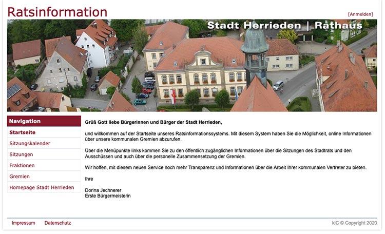 Bild aus der Vogelperspektive auf das Rathaus